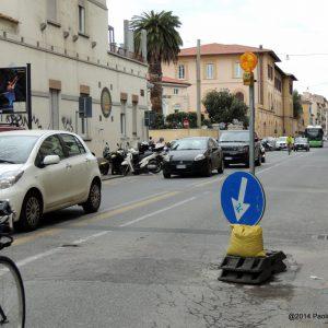 LA BUCA DELLA DISCORDIA DAVANTI AL BAR POLLICINO DI GIOVANNI VILLA (FOTO PAOLO MURA)