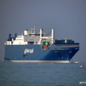 La porta container in rada  al porto di Livorno