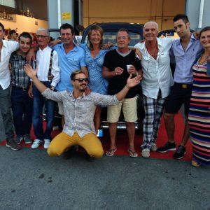 I meccanici, lo staff dell'officina 5 Stelle e al centro con le mani alzate il proprietario del mezzo Filippo Gherardi